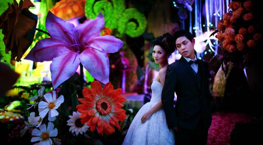 """Độc lạ đám cưới """"tối tăm"""" chủ đề Alice in Wonderland"""